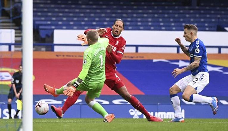 Wasit Everton Vs Liverpool : Seharusnya Pickford Kartu Merah